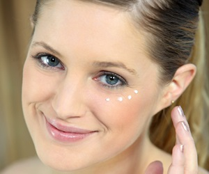 Tip Mengatasi Eye Bag Dan Dark Circle