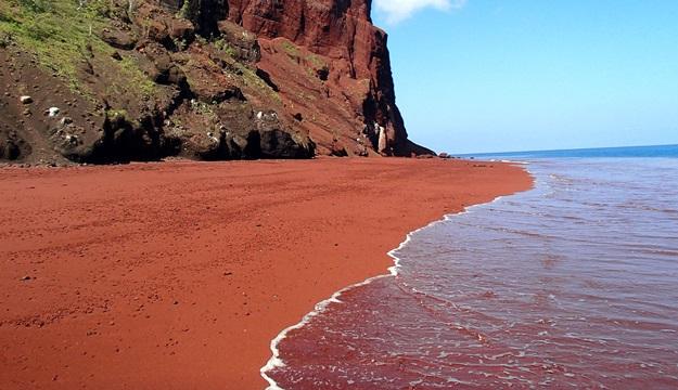 Red-Beach-Kaihalulu-la-plage-de-sable-rouge-Hawaii
