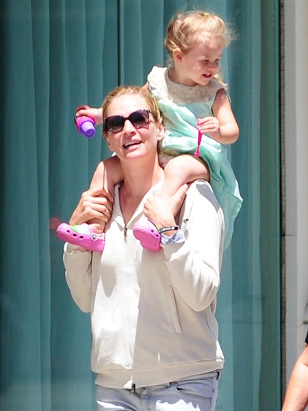 Uma Thurman Window Shopping While Carrying Luna On Her Shoulders