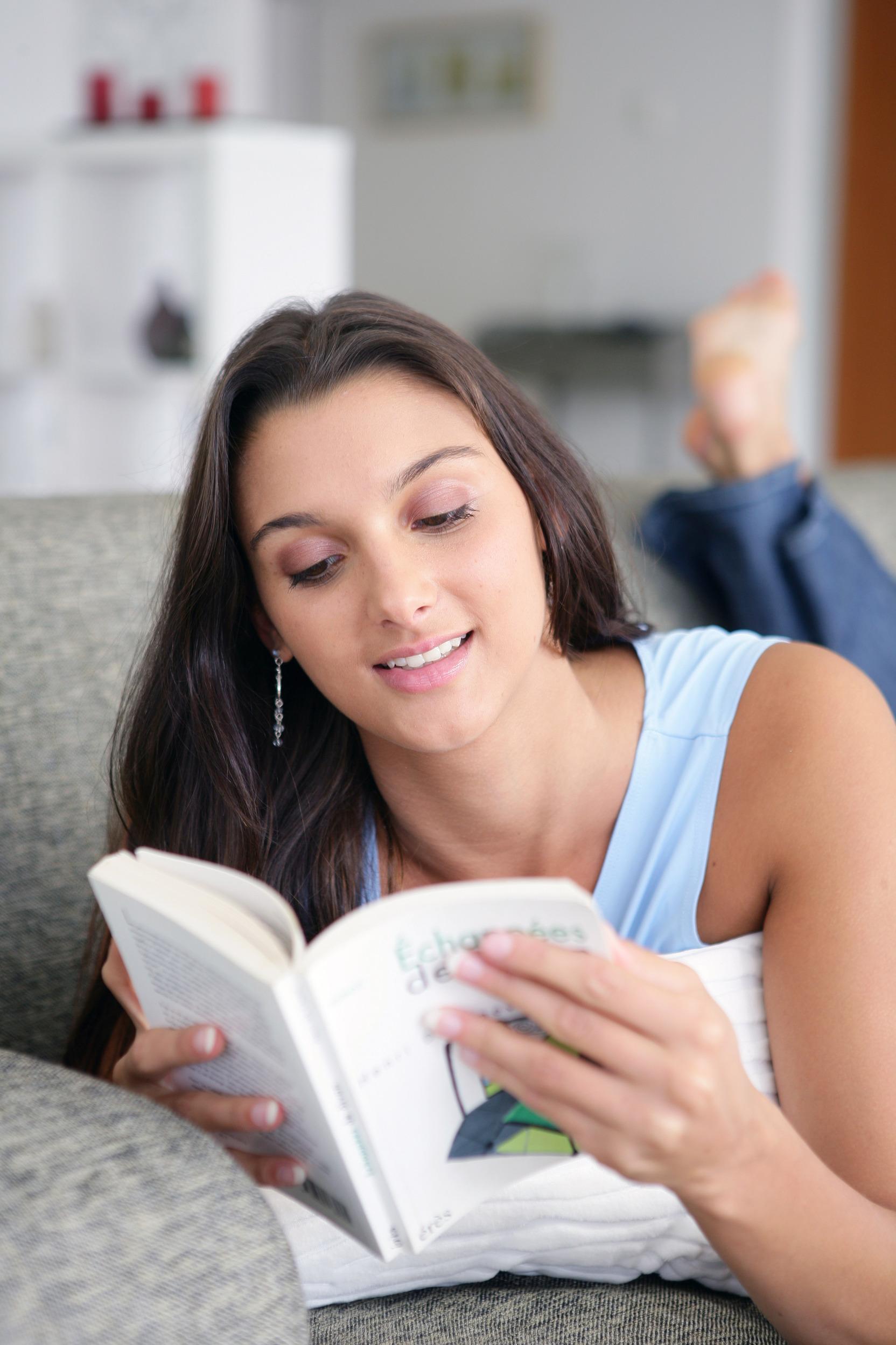 Ффото девушек на фиване читающих книги 3 фотография