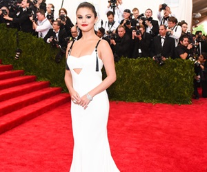 Lima Gaya Karpet Merah Selena Gomez