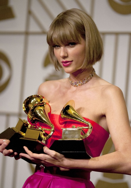 Feb. 15, 2016 - Los Angeles, California, U.S - TAYLOR SWIFT, winner of the awards for Album of the Year and Best Pop Album for '1989' and Best Music Video for 'Bad Blood,' poses in the press room of The 58th Grammy Awards at Staples Center. (Credit Image: © Prensa Internacional via ZUMA Wire)