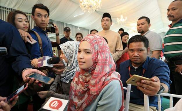 AMPANG 25 JULY 2016. Kontroversi, apabila adik perempuan bekas suami kepada isteri kedua pelakon Adi Putra hadir semasa majlis sidang media di Casa Ombak Ampang. NSTP/HASRIYASYAH SABUDIN *** Local Caption ***
