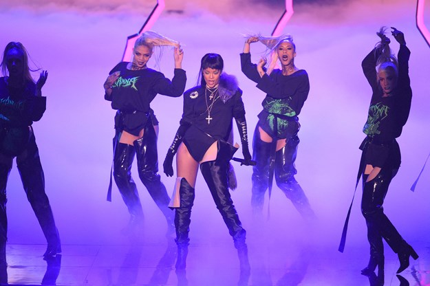 NEW YORK, NY - AUGUST 28:  Rihanna performs onstage during the 2016 MTV Video Music Awards at Madison Square Garden on August 28, 2016 in New York City.  (Photo by Jason Kempin/Getty Images)