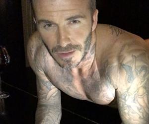 David Beckham Hanya Berseluar Dalam Lakukan Push-Up Di Atas Piano