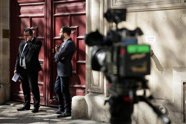 ©Thomas Padilla/MAXPPP - 03/10/2016 ; Paris, FRANCE ; JOURNALISTES DEVANT L' HOTEL PARTICULIER OU LA STARLETTE DE TELE REALITE, KIM KARDASHIAN A ETE VICTIME D' UN VOL. Kim Kardashian West Held Up at Gunpoint in Paris Mansion, Millions in Jewelry Stolen Photo via Newscom