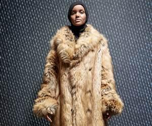 Halima Aden Tetap Berhijab Kala Berjalan Di Atas Pentas Peragaan Yeezy Musim ke-5