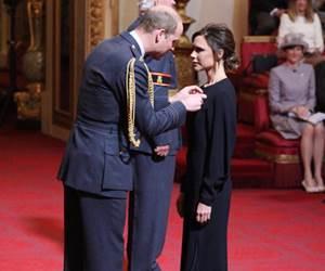 Victoria Beckham Terima Anugerah OBE Dari Putera William