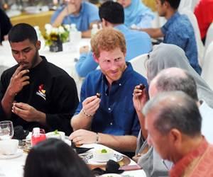 Putera Harry Berbuka Puasa Di Singapura Dengan Hidangan Kurma Dan Bubur