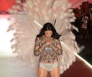 20 Tahun Berjalan Untuk Pentas Victoria's Secret, Adriana Lima Mengakhirinya Dengan Linangan Air Mata