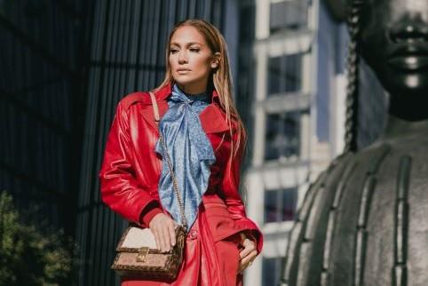 Jennifer Lopez menggayakan Coach Hutton Bag