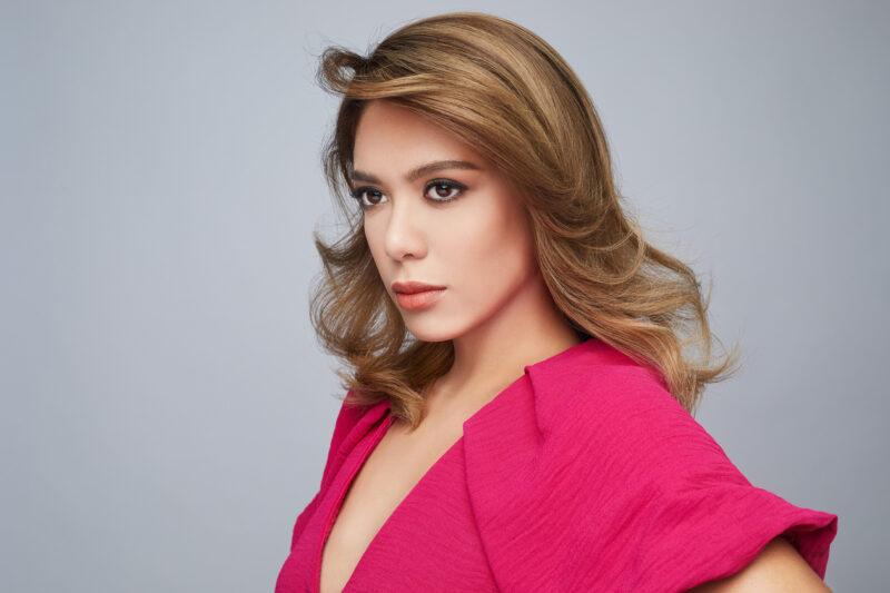 Pelakon Julia Farhana Marin kelihatan sempurna dengan pilihan warna Medium Beige oleh IGORA ROYAL