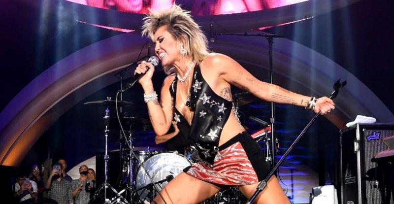 Miley Cyrus Selit Mesej #FreeBritney Di Konsert Las Vegas
